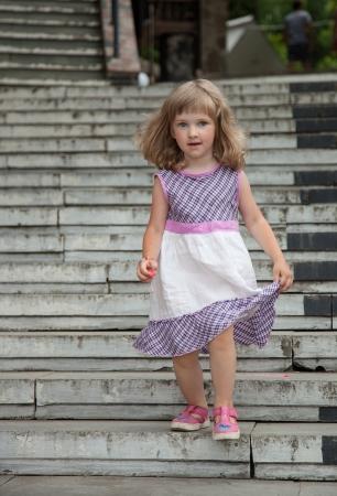 bajando escaleras: Hermosa niña bajando las escaleras de piedra