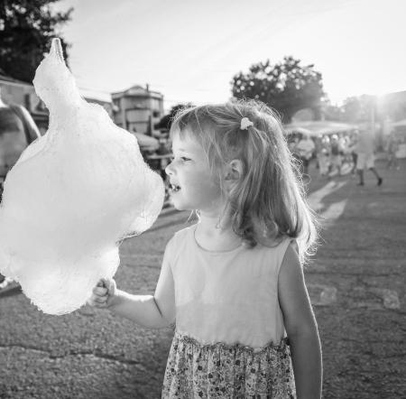 algodon de azucar: Niña encantadora comiendo algodón de azúcar