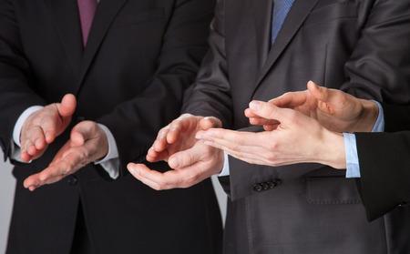 manos aplaudiendo: Grupo de empresarios aplaudiendo - disparo de cerca