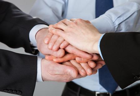 Exitoso concepto de equipo - manos unidas de los hombres de negocios