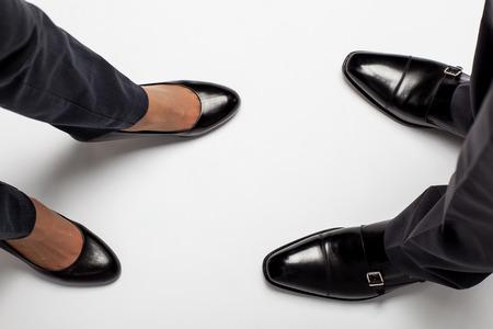 Close-up van de benen van de zakenman en zakenvrouw op de vloer Stockfoto