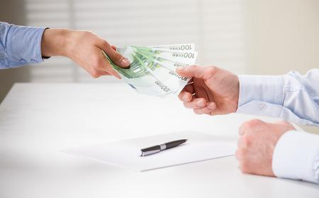 cash money: La gente de negocios la transferencia de billetes en euros sobre la mesa