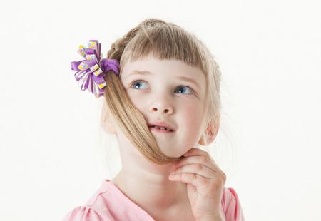 jolie petite fille: Portrait d'une petite fille de penser, fond blanc