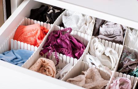 Vrouwelijke linnen in de plank - close-up shot