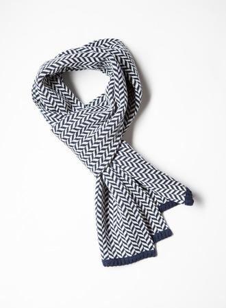 ropa de invierno: Hermosa bufanda de lana unisexuales sobre fondo blanco