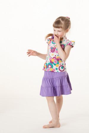 jolie petite fille: Jolie petite fille penser à quelque chose, fond blanc Banque d'images