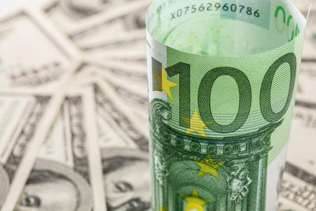 Vele dollar biljetten en één euro-biljet