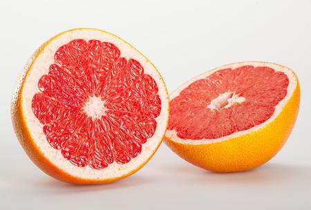 appetizing: Sappige smakelijk grapefruit - close-up shot op neutrale achtergrond Stockfoto