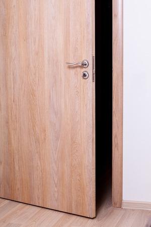 wood door: La porte entrouverte - gros plan tir