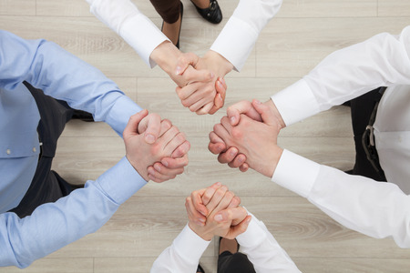 strife: Gli uomini d'affari che dimostrano un gesto di un conflitto o di solidariet�, vista da sopra