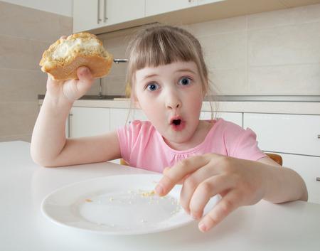 astonishment: Ni�a divertida mirando con asombro los ojos muy abiertos y la celebraci�n de un pastel