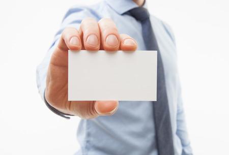 alzando la mano: Empresario irreconocible mostrando tarjeta de visita - disparo de cerca Foto de archivo