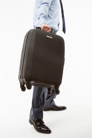 Onherkenbaar zakenman met een koffer, witte achtergrond