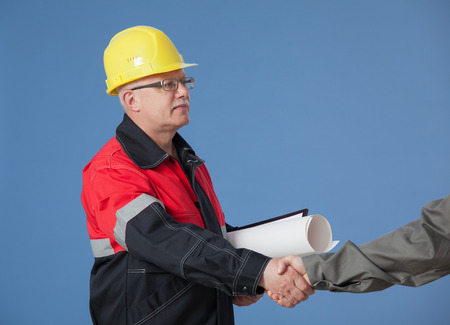 albañil: Apretón de manos entre dos constructores, disparó de cerca