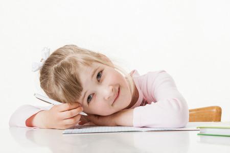diligente: Aprendizaje niña feliz de la escuela para escribir, fondo blanco