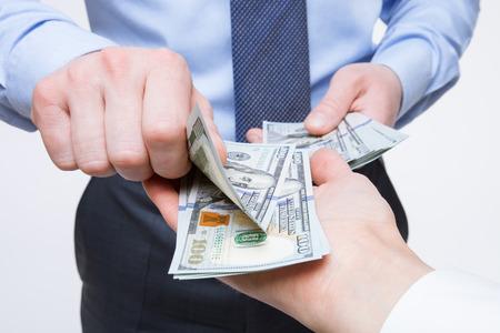 Menselijke handen uitwisselen van geld - close-up shot