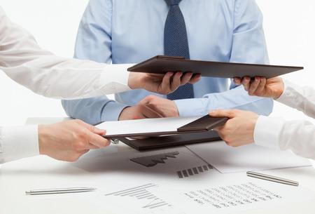 documentos: La gente de negocios el intercambio de documentos, tiro del primer