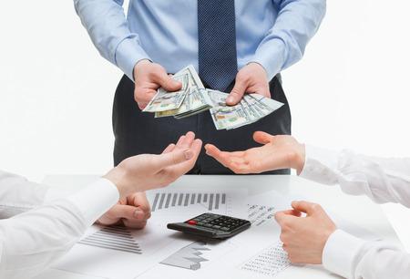 patron: Los socios comerciales que exigen dinero de jefe, fondo blanco Foto de archivo