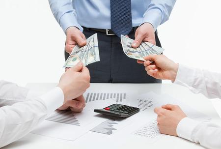salarios: Los socios comerciales que exigen dinero de jefe, fondo blanco Foto de archivo