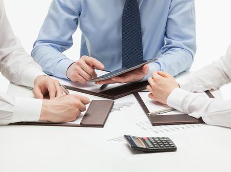La gente de negocios discutir un nuevo proyecto, el fondo blanco