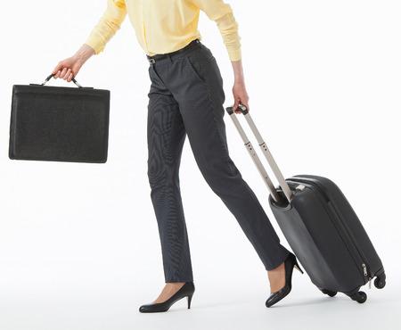 Mooie jonge vrouw gaan met een koffer, witte achtergrond