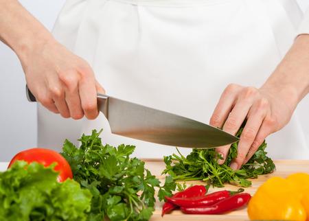 Cook's handen voorbereiding groente salade - close-up shot Stockfoto