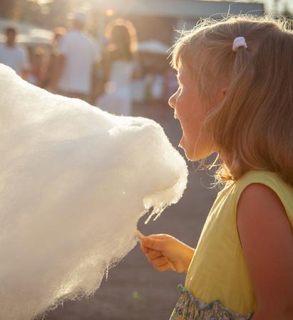 cotton candy: Ni�a encantadora comiendo algod�n de az�car