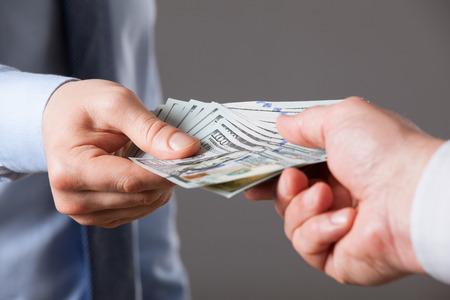letra de cambio: Las manos humanas intercambio de dinero en el fondo azul, tiro del primer Foto de archivo