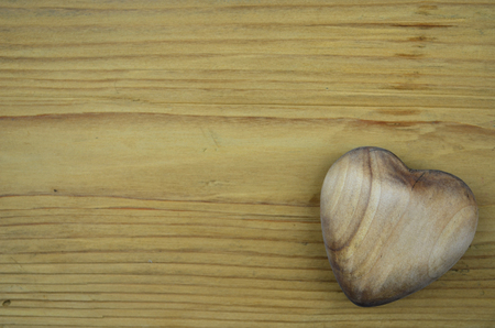 Valentijnsdag hart hout over houten achtergrond