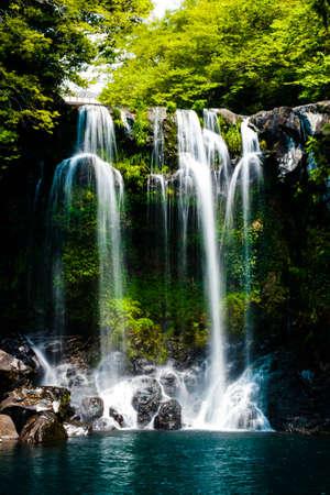 天帝淵に turqoise 水自然の景色の滝、チェジュ島、韓国