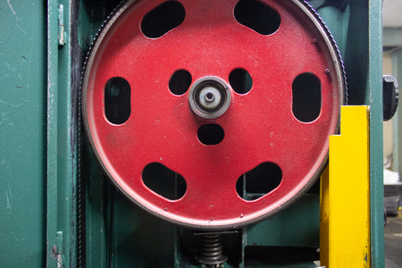 fly-wheel with linen of band saw in a detachable machine-tool