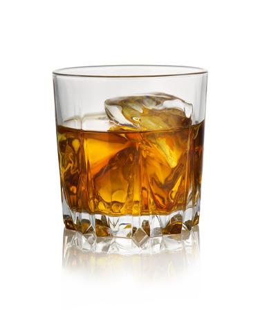Bicchiere di whisky con ghiaccio isolato su sfondo bianco
