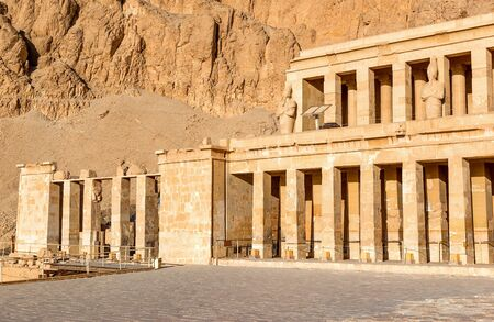 Statues and columns of Hatshepsut Temple in the rocks of Luxor Imagens