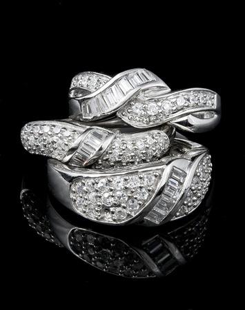 diamante negro: tres anillos sobre fondo negro