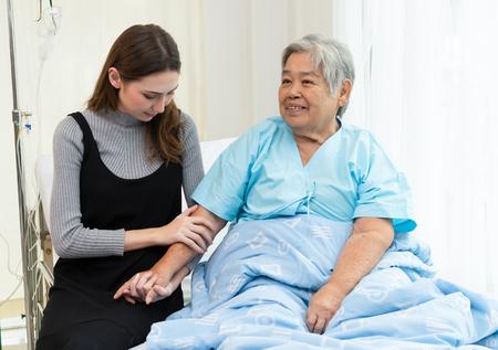 Dochter die grootmoeder bezoekt in het ziekenhuis. Mensen met medisch concept.