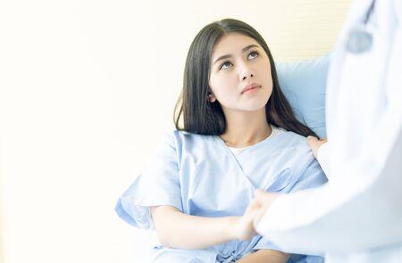 Arzt hält die Hand einer Patientin für Ermutigung und Empathie im Bett im Krankenhaus. Medizinische Ethik und Vertrauen, Medizin, Alter, Unterstützung, Gesundheitswesen und Menschenkonzept.