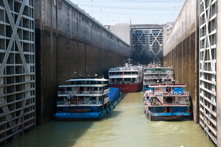three gorges: Three Gorges ship lock Editorial