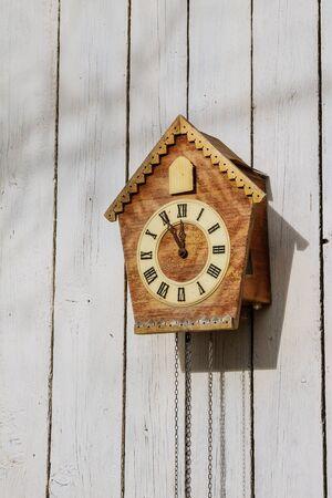 Stary zegar na drewnianej ścianie światła.
