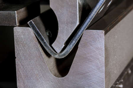 The process of bending sheet metal on a hydraulic bending machine. Metalworking plant. Banque d'images