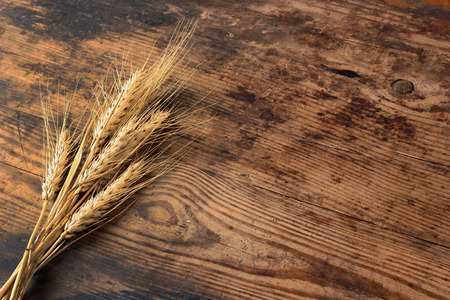 oaken: Ears of wheat on oaken table