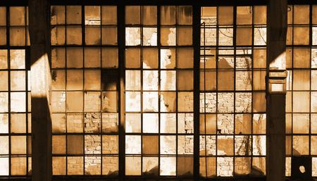 edificio industrial: ventanas de vidrio rotos en el viejo edificio industrial abandonado Foto de archivo