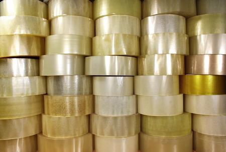透明な梱包用粘着テープの多くのロール