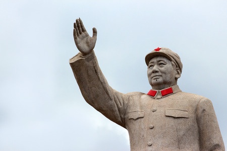 LIJIANG, CHINA, MARCH 8, 2012: Statue of Mao Zedond in central Lijiang. 新聞圖片