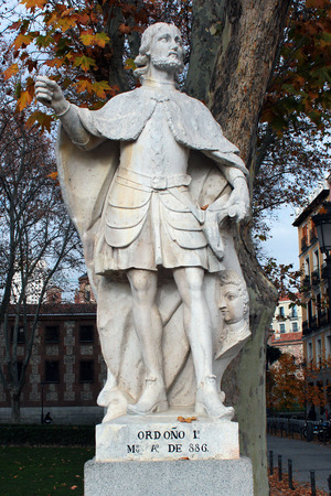 near death: MADRID, SPAIN - DECEMBER 13, 2016: Sculpture of Ordono I, King of Asturias, near the Royal Palace of Madrid. He reigned from 850 until his death in 886. Editorial
