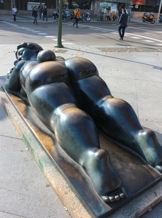 mujer: MADRID, SPAIN - DECEMBER 13, 2016: Sculpture of fat woman with a mirror (Mujer con espejo) lying down at Plaza de Colon, by Fernando Botero. Gift from the Colombian sculptor to the city of Madrid.