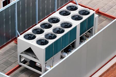 옥상에 외부 공기 조절 장치 스톡 콘텐츠