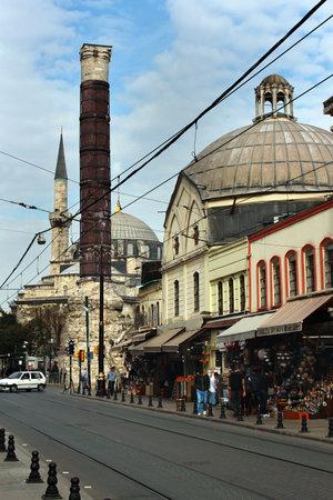 divan: Estambul, Turquía - ABRIL 7, 2012: Columna de Constantino, o Cemberlitas en la vieja calzada romana al Consejo Imperial (Divan Yolu) en Estambul.