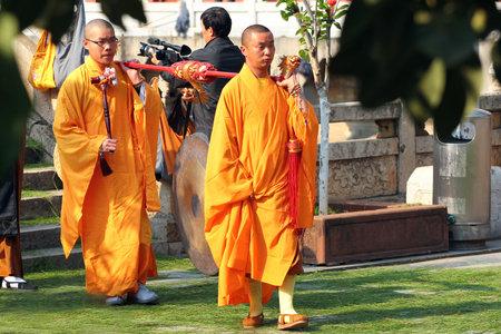 žák: KUNMING, ČÍNA - 14. BŘEZNA 2012: Příprava na buddhistický ceremoniál procházení doktríny od učitele (Chuanfa) v klášteře Yuantong, nejstarší a nejslavnější chrám v Kunmingu, Yunnan.