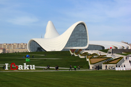 azeri: BAKU, AZERBAIJAN - APRIL 28, 2017: Heydar Aliyev Center with auditorium, gallery hall and museum. The building was designed by world-famous architect Zaha Hadid. Editorial