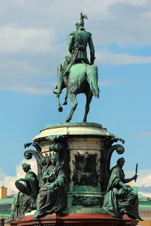 SAINT PETERSBURG, RUSLAND - 4 juli 2017: Bronzen ruiterstandbeeld van Tsaar-Nikolaas I op Sint Isaacs plein in Sint Petersburg. Oud monument voor de Russische keizer werd in 1859 geïnstalleerd.